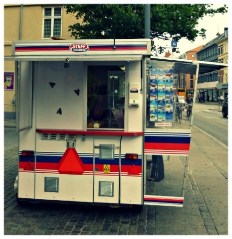Copenhagen_iconic_hot dog_wagonstand